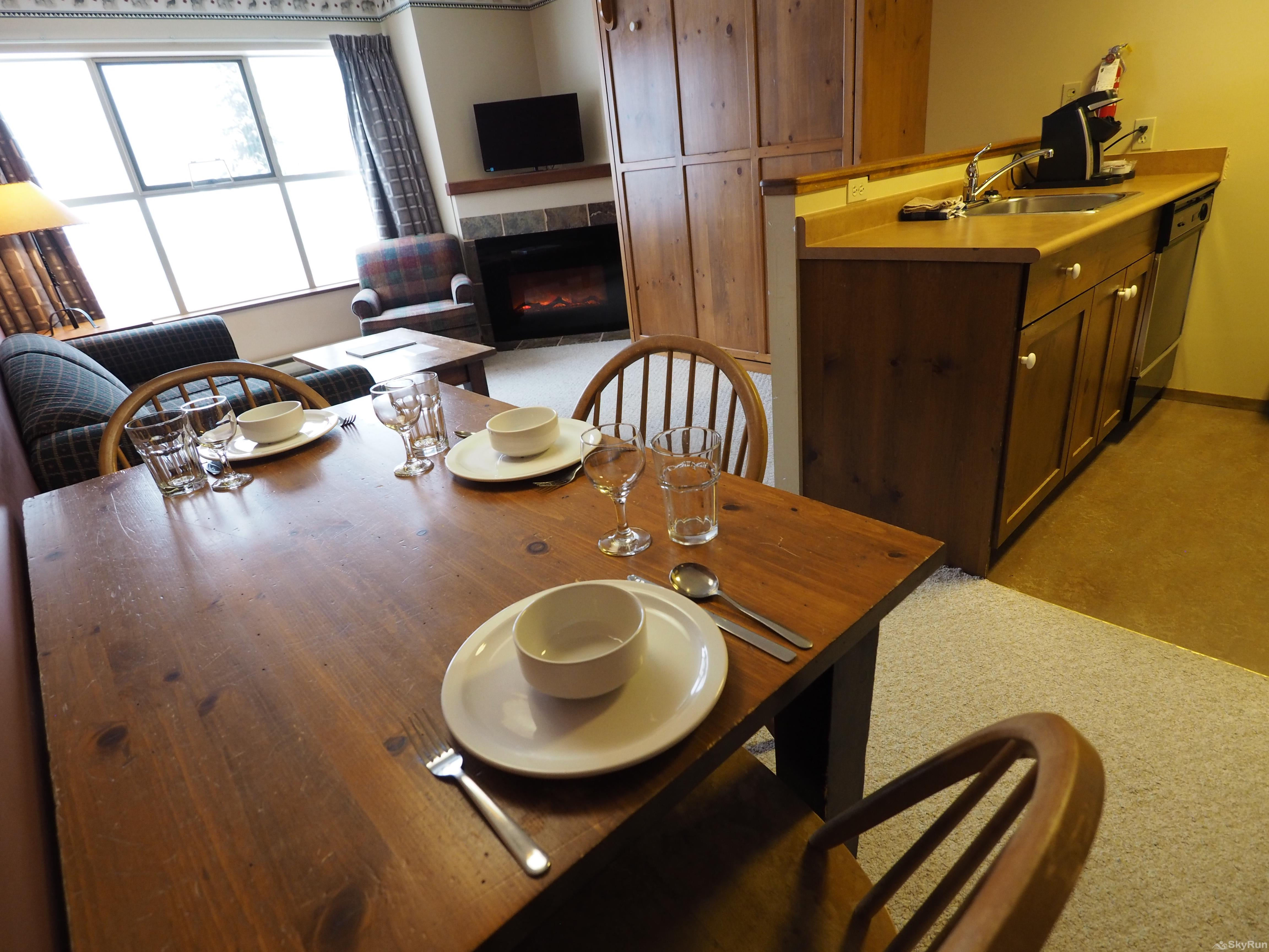 Apex Mountain Inn 1 BDRM Suite 205-206 Dining room