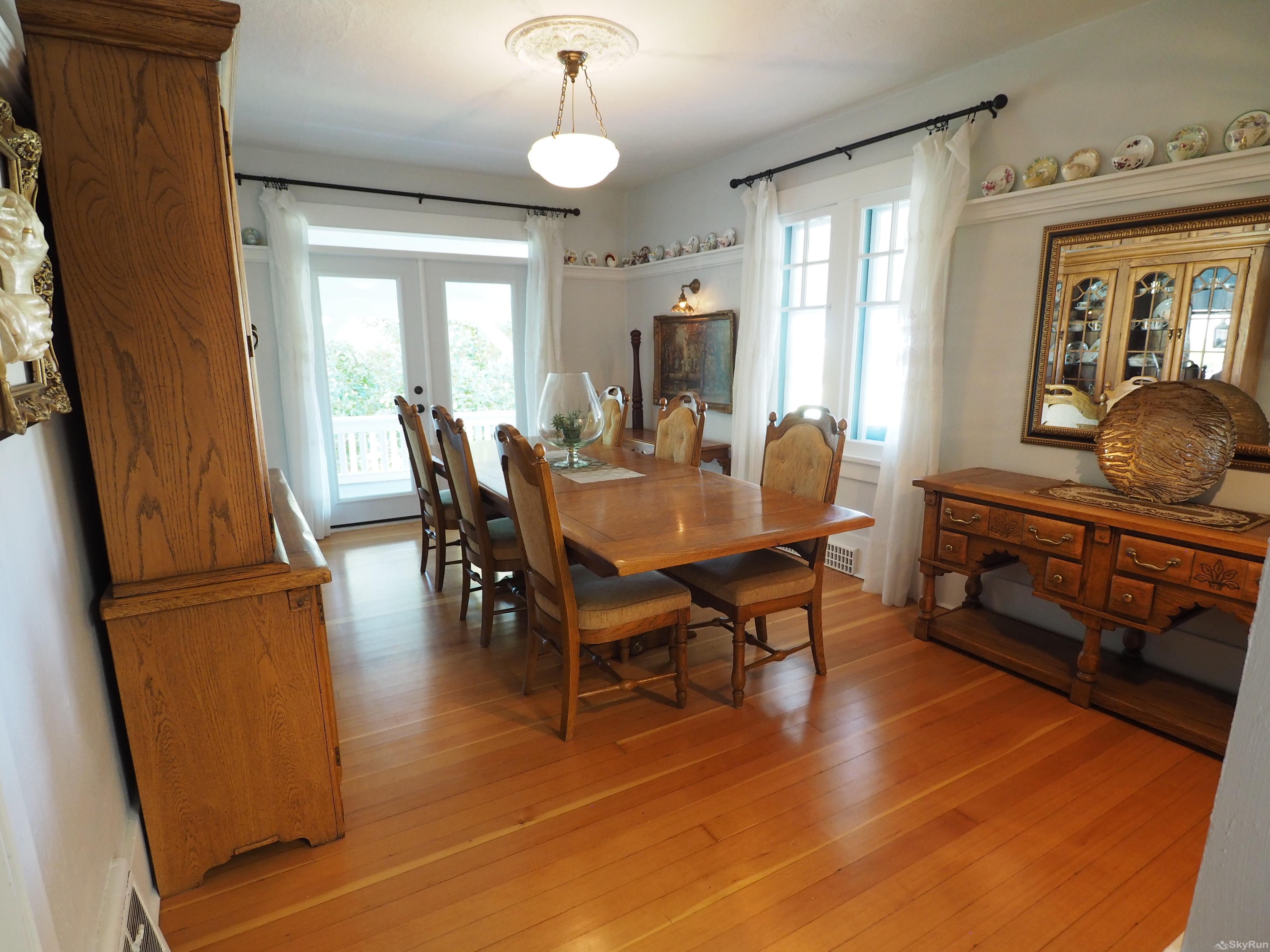 Penticton Country Estate The hardwood floors and antiques create the luxury character experience from a time passed