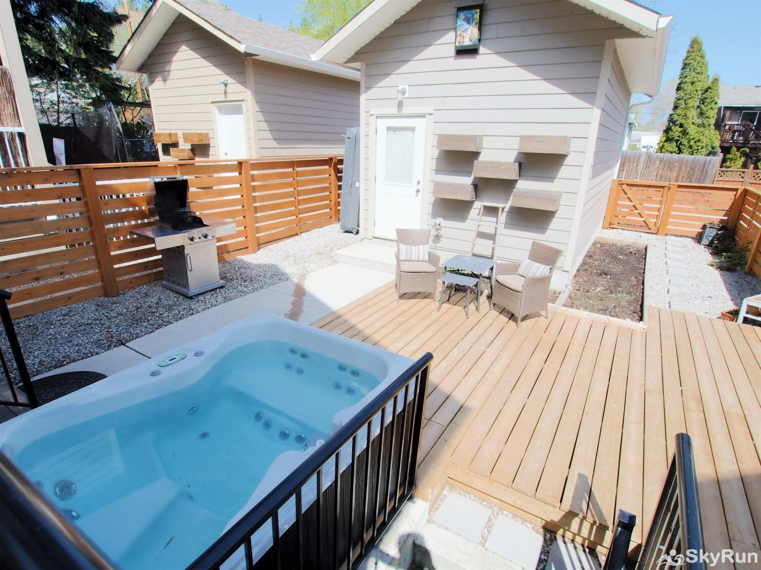 Old Summerland 4 bedroom townhouse Private Hot tub and back yard patio