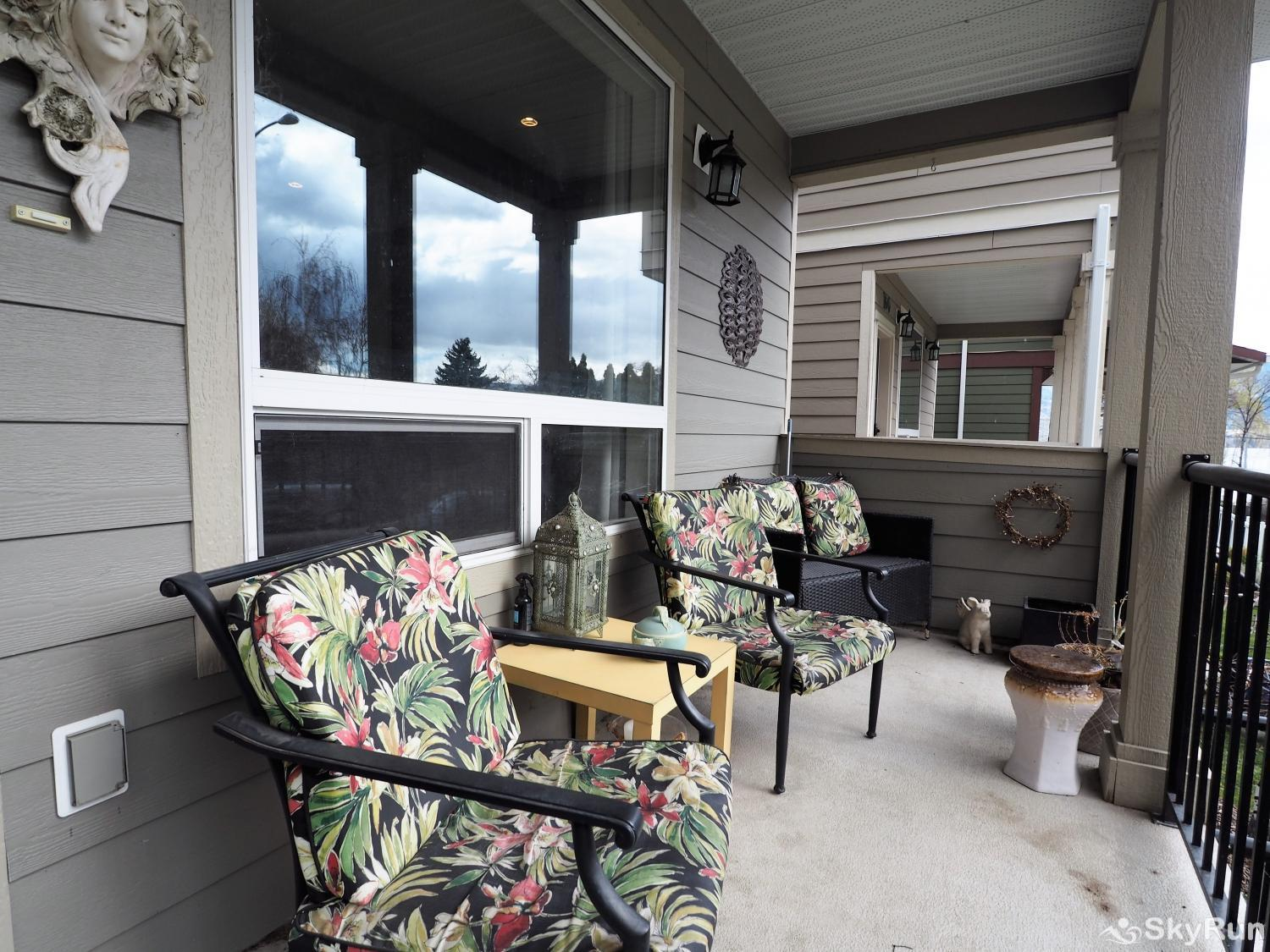 Old Summerland 4 bedroom townhouse Front porch seating