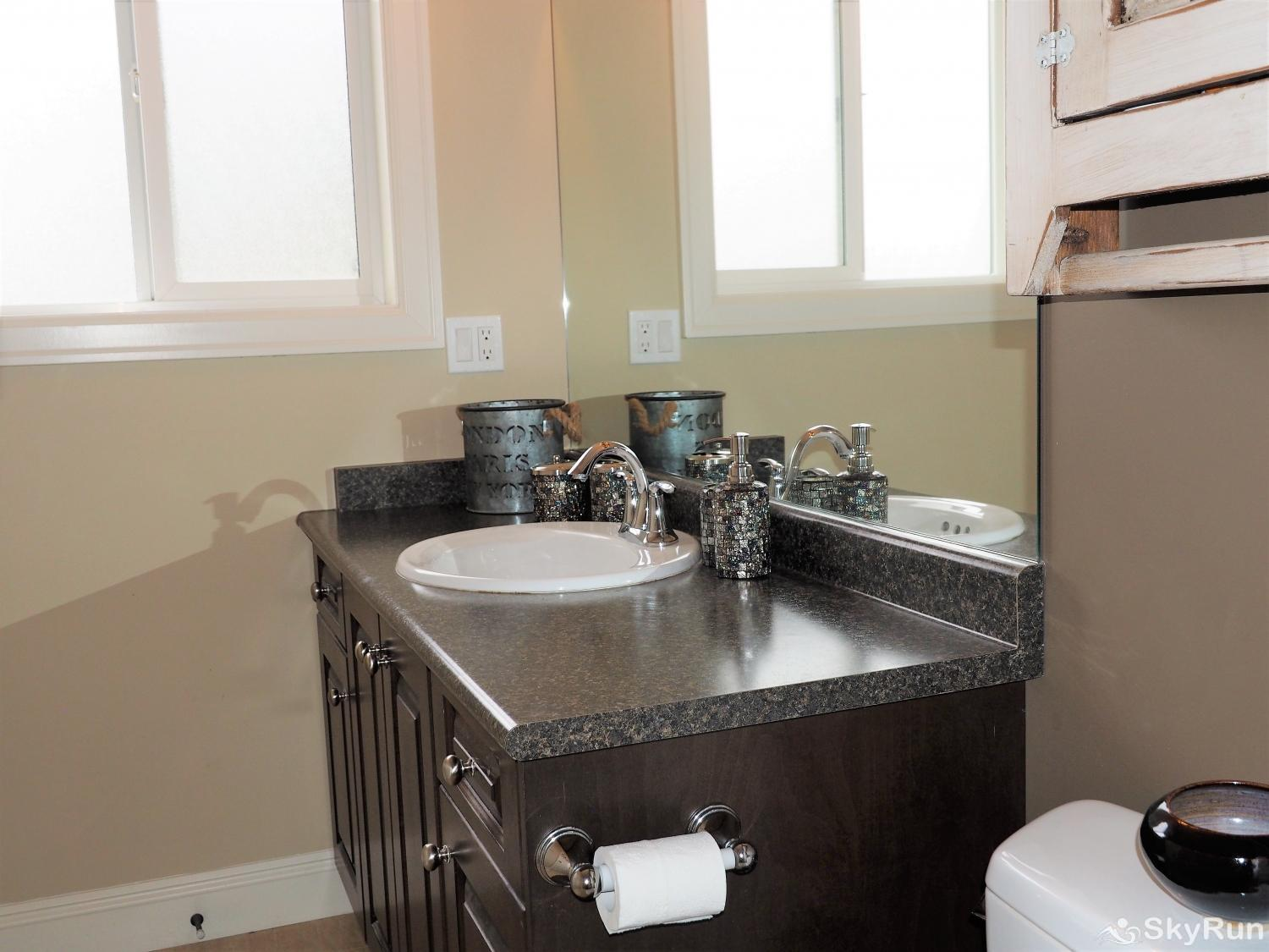Old Summerland 4 bedroom townhouse Bright and roomy ensuite for the master bedroom