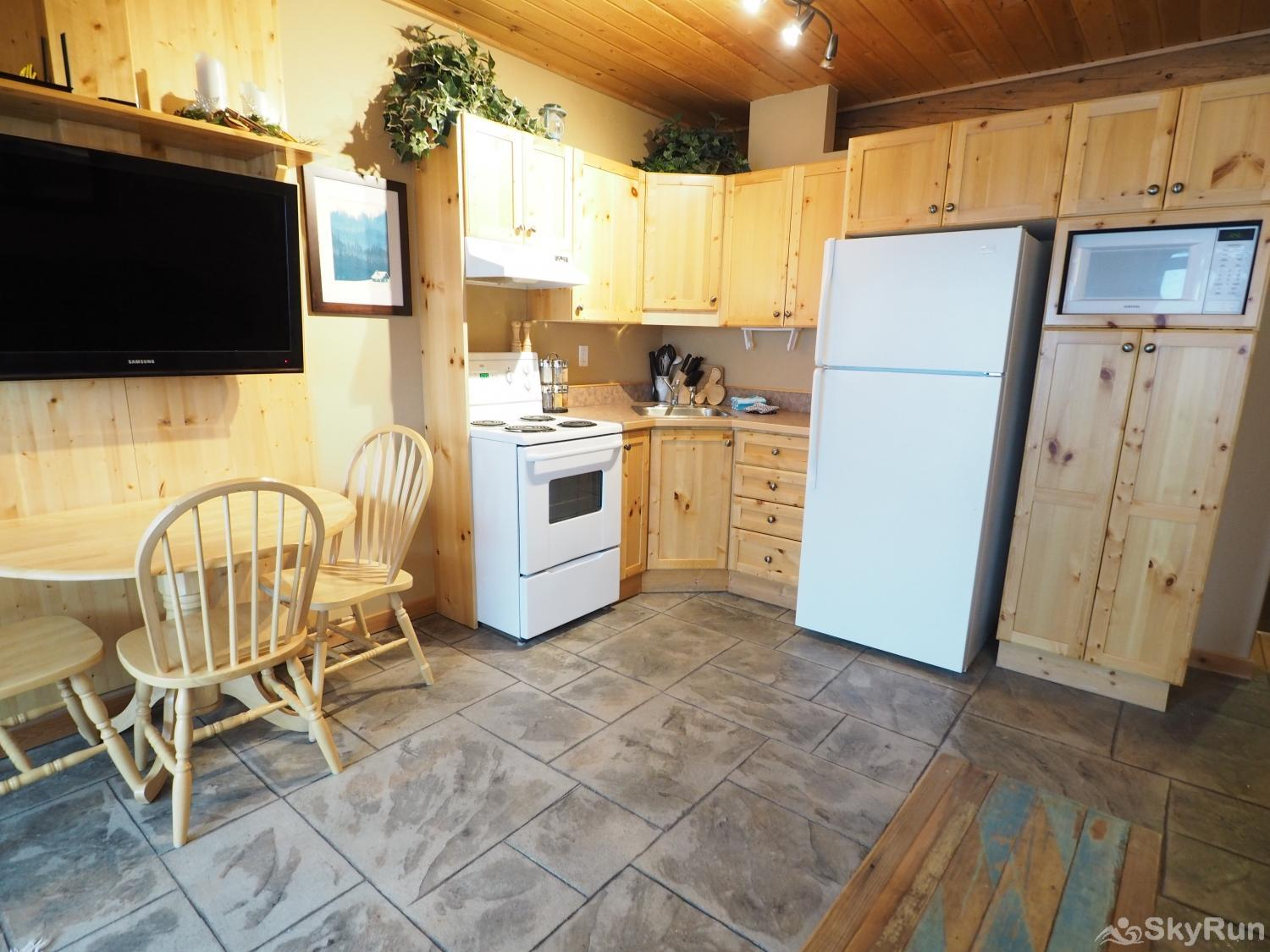 Silver Bullet 1 bedroom with hot tub Kitchen & Dining